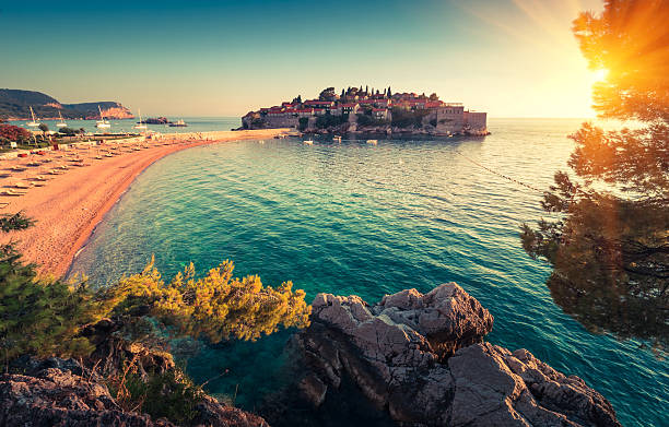 Sveti Stefan island resort and beach at sunset. – Foto