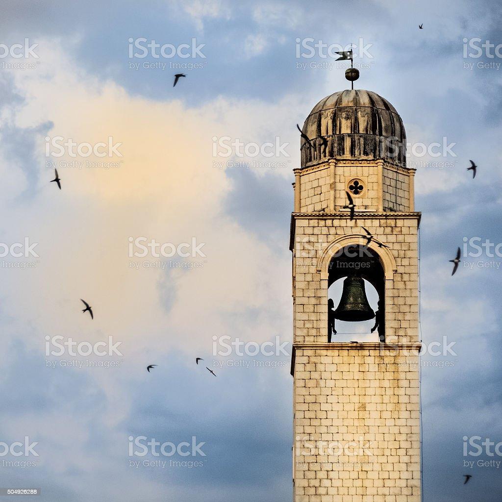 Schwalben circling Das clock tower in Dubrovnik – Foto