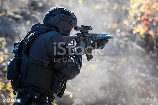 istock Swat Police Officer Shooting With Firearm 922735248