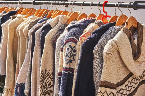 pullover - strickmantel stock-fotos und bilder