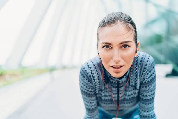 verschwitzten gesicht erschöpft sportlerin - joggerin stock-fotos und bilder