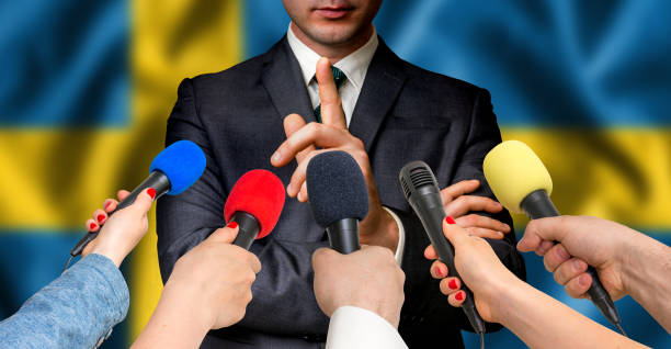 swedish candidate speaks to reporters - journalism concept - politique et gouvernement photos et images de collection