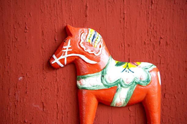 schwedische dalahorse#2 - dalarna pferd stock-fotos und bilder