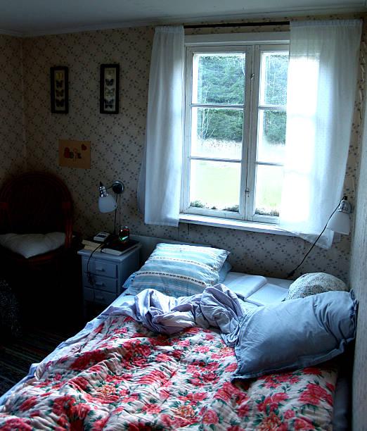 schwedische feiertagen - cottage schlafzimmer stock-fotos und bilder