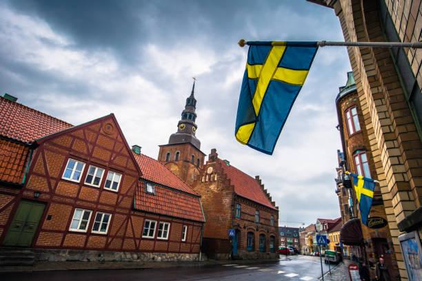 Ystad - 22. Oktober 2017: Schwedische Nationalflagge im historischen Zentrum der Stadt Ystad in Skane, Schweden – Foto
