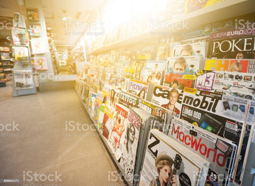 Schwedische Nachrichten stehen, gemischte Zeitschriften – Foto