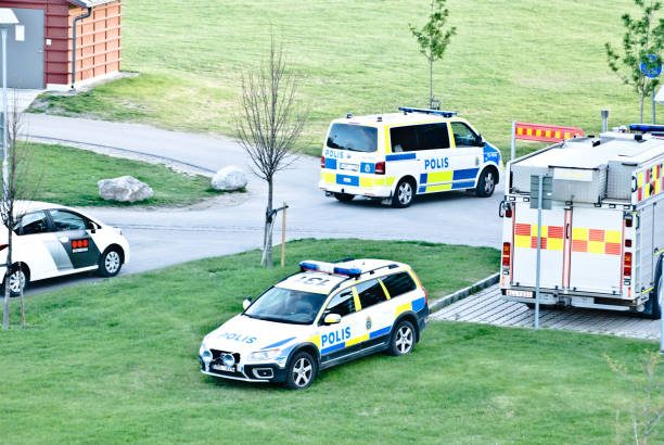 swedish security & first responders (incl. the fire service and the police) attend to an emergency in a residential building in nacksta, sundsvall (north of stockholm) - sweden. - first responders zdjęcia i obrazy z banku zdjęć