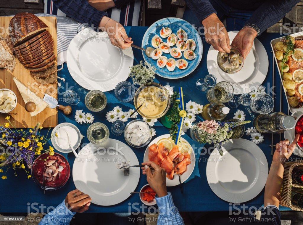 Schwedischen Sommer Midsommar Mittsommer-fest-Dinner-party – Foto