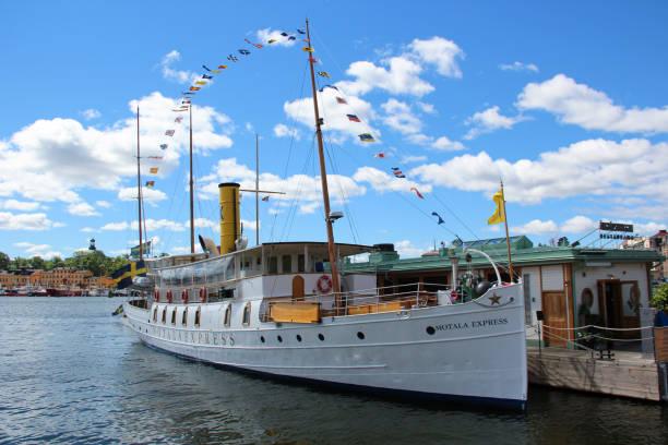 svenska vintage passagerarfartyg med en skorsten. - ferry lake sweden bildbanksfoton och bilder