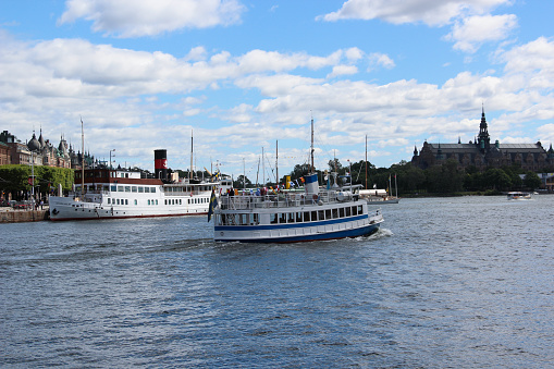 Svenska Vintage Passagerarfartyg Med En Skorsten Retro Ship Turistattraktion För En Sightseeing På Bakgrunden Av Gamla Stan Hamnen Med Museum Och Byggnader-foton och fler bilder på Blå