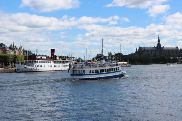 svenska vintage passagerarfartyg med en skorsten. retro ship turistattraktion för en sightseeing på bakgrunden av gamla stan hamnen med museum och byggnader - ferry lake sweden bildbanksfoton och bilder