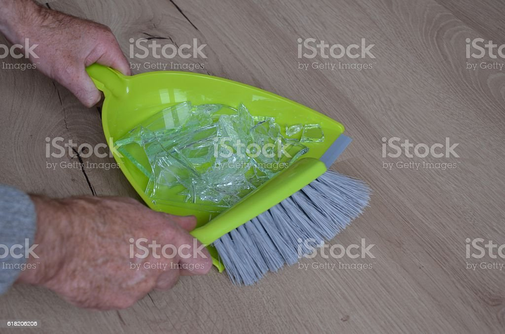 Sweep broken glass into dustpan – Foto