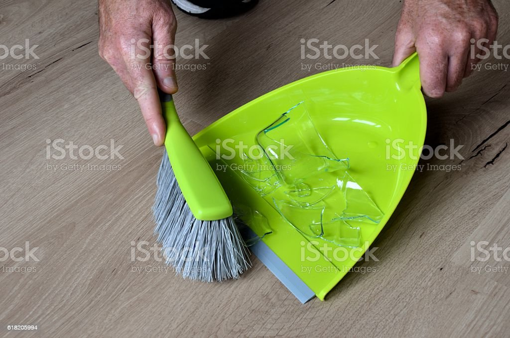 Sweep broken tee glass into dustpan – Foto