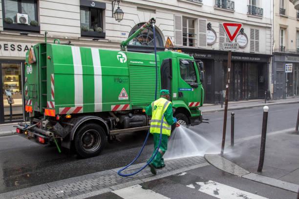 Coche de barrendero en las calles de París - foto de stock