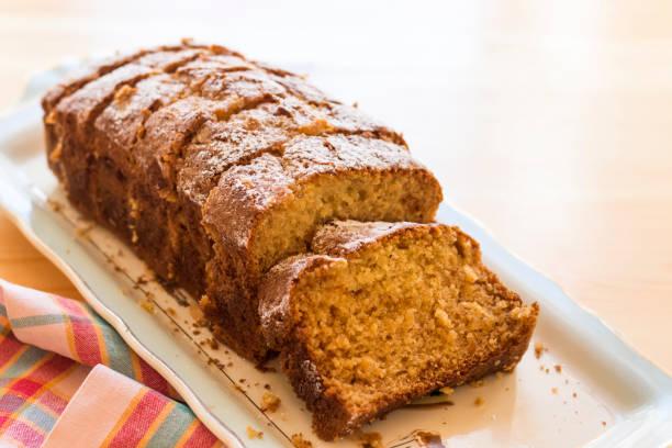 süße Mandel Kuchen auf weißen Teller mit Kaffee – Foto