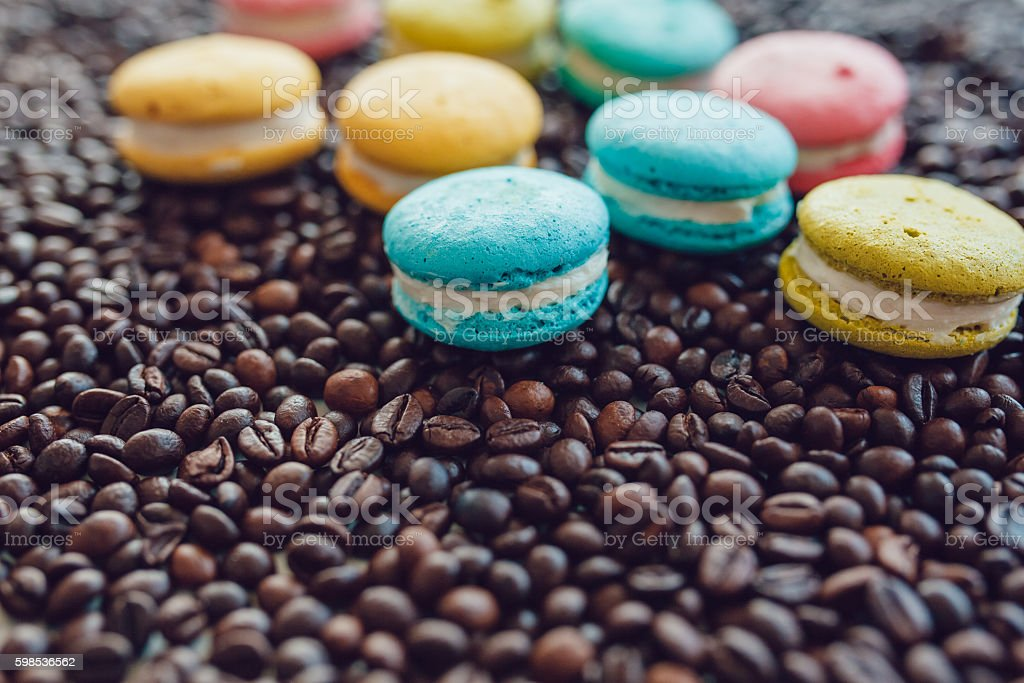 Sweet and colourful french macaroons on coffee beans background photo libre de droits