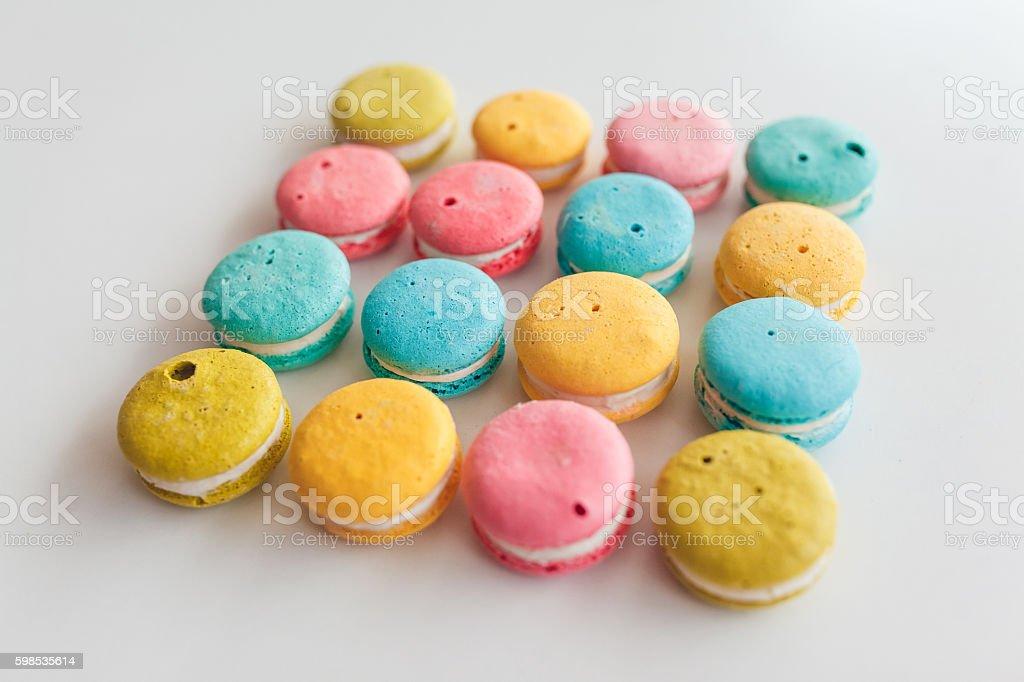 Adorable et colorée français les macarons ou macarons sur fond blanc photo libre de droits