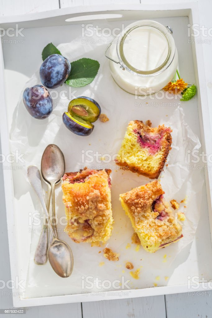 Sweet and homemade plum pie in sunny day foto stock royalty-free