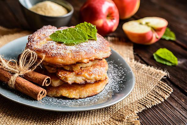 sweet apple and curd pancakes - dessert mit quark stock-fotos und bilder