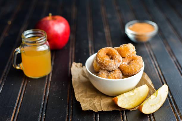 süße apfel-cidre-donuts - apfelweinkuchen stock-fotos und bilder