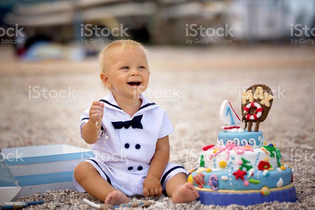 Zoete Jongetje Vieren Op Het Strand Eerste Verjaardag Met ...