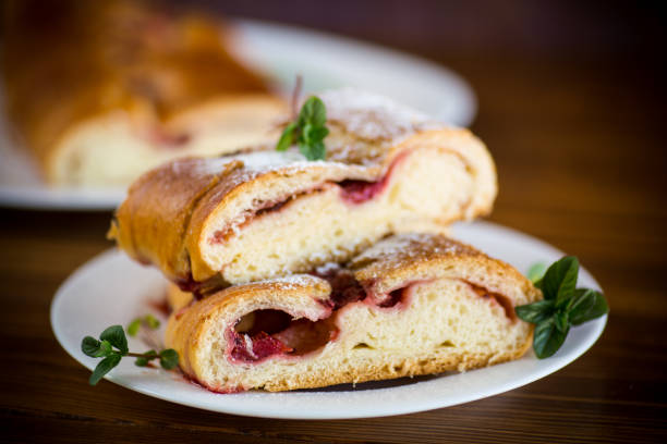 甜烤酵母麵糰餡餅與漿果圖像檔