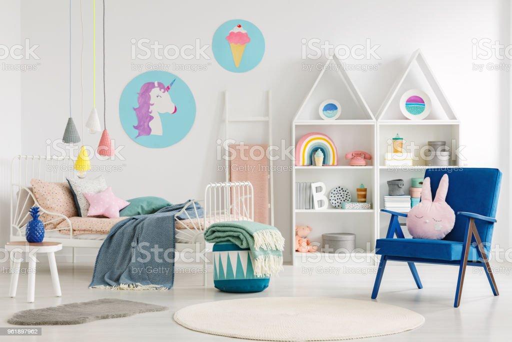 Süße Schlafzimmer Innenraum Für Ein Kind Mit Einem Blauen Sessel ...