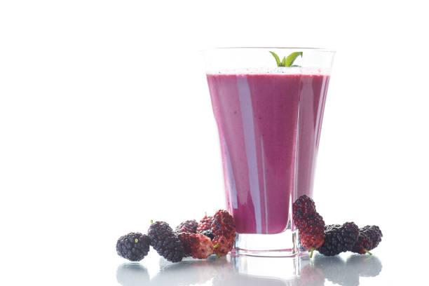 sweet berry smoothie from black mulberry - amoreiras imagens e fotografias de stock