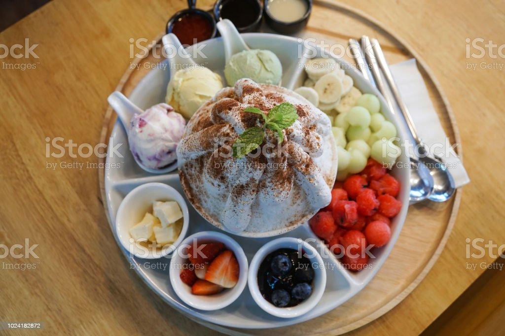 과일, 멜론, 딸기, 블루베리, 수 박, 아이스크림으로 달콤한 bingsu 한국 사막 스톡 사진