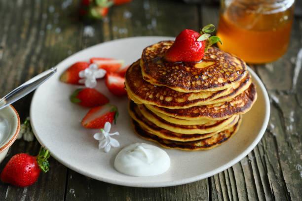 süßes frühstück pfannkuchen essen nahaufnahme - buchweizenpfannkuchen stock-fotos und bilder