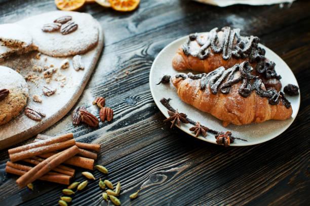 sweet frühstück  - schokolade gebratene kuchen stock-fotos und bilder