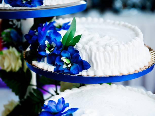 Süßer Kuchen garniert mit künstlichen blauen Blumen – Foto