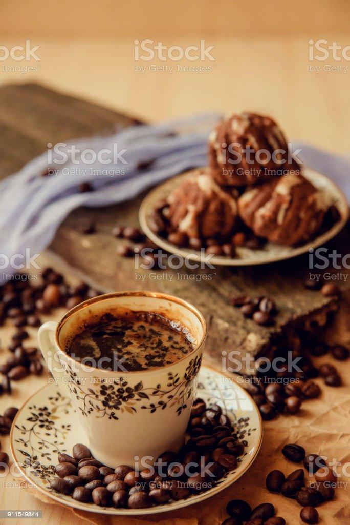 Süße Kuchen Mit Kirschen Und Kaffee Bohnen Auf Grund Der Tasse Kaffee Und Warmen Schal Leckeres Essen Hintergrund Gemütliche Winter Frühstück Guten