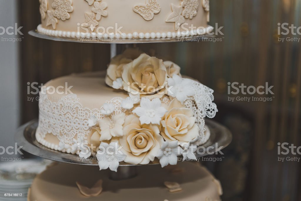 Sweet cake with beige flowers from the cream 6718. photo libre de droits