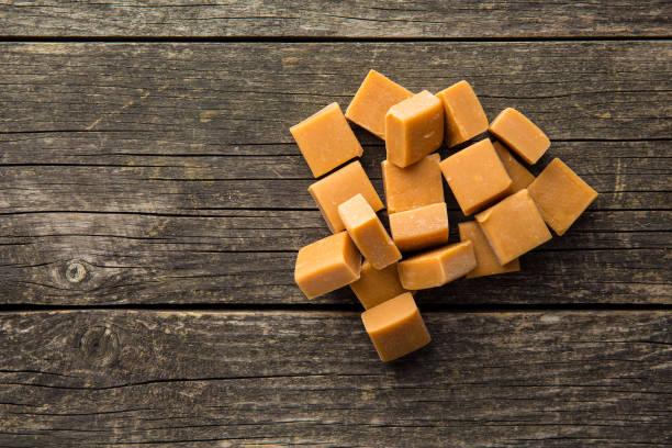 zoete karamel snoep - kauwgomachtig stockfoto's en -beelden