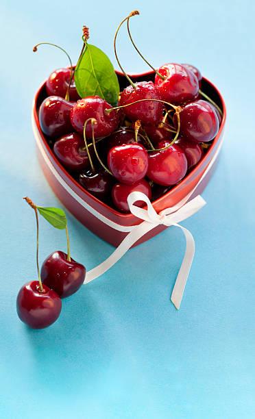 Sweet Kirschen in der herzförmigen box zum Valentinstag. – Foto