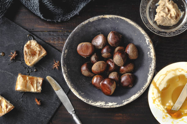 sweet chestnut creme toast mit rosmarin-honig und anis-stars. rustikale holz hintergrund. selektiven fokus - kastanienhonig stock-fotos und bilder