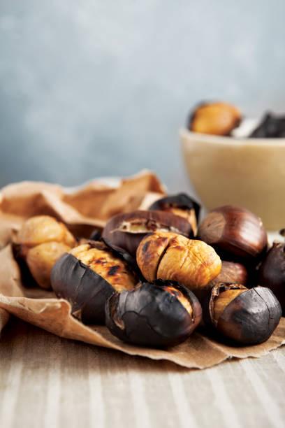süße kastanie, reife kastanien, kastanie, gegrillte kastanien - heisse maroni stock-fotos und bilder
