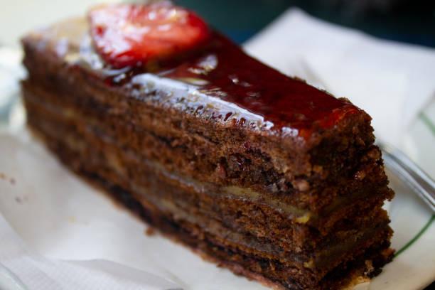 süße schokolade kuchen mit erdbeeren mit topping - portugiesische desserts stock-fotos und bilder