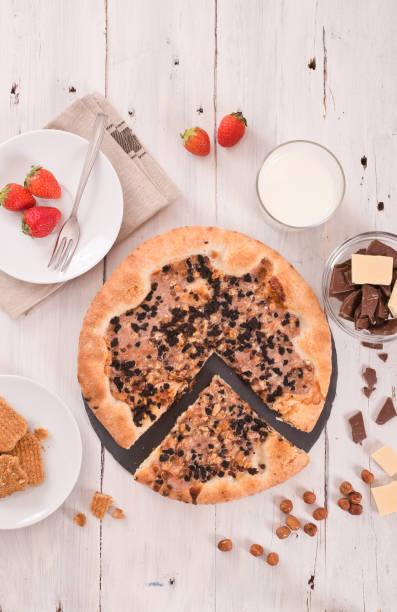 süße schokolade pizza mit cookies. - frucht pizza cookies stock-fotos und bilder
