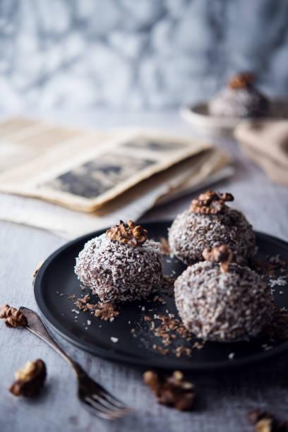 süße pralinen - schokoladen trüffeltorte stock-fotos und bilder