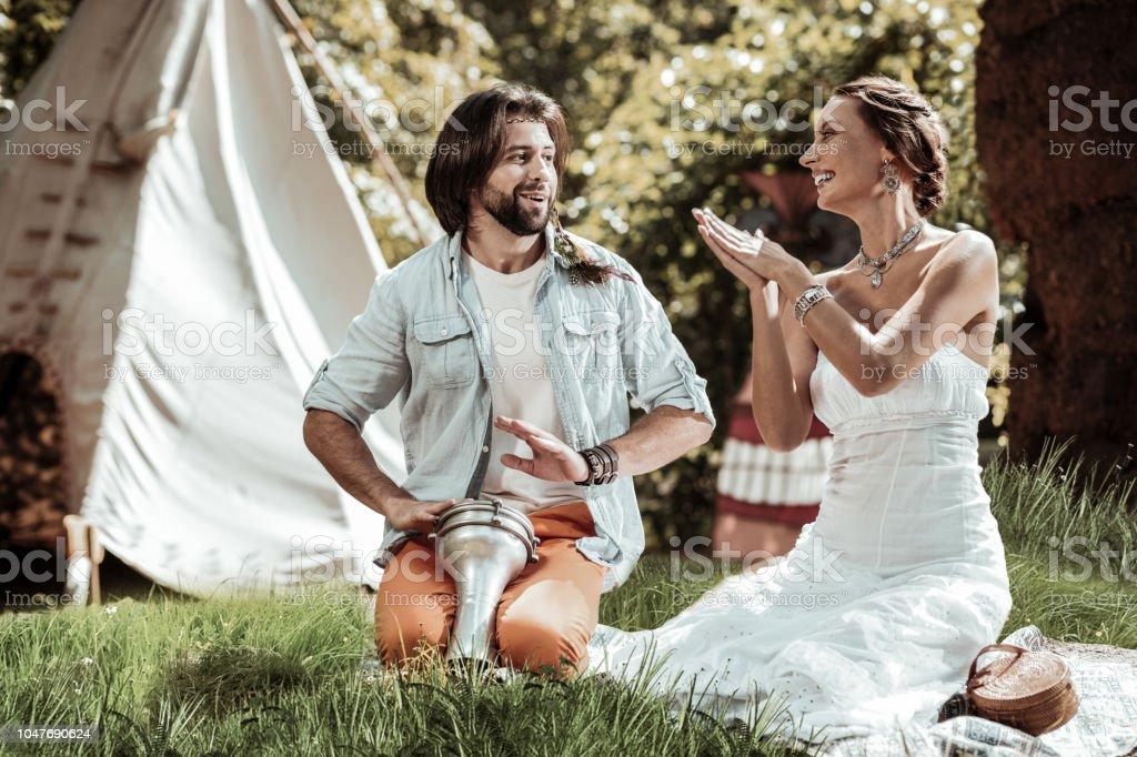 Doce casal tendo um encontro na floresta - foto de acervo