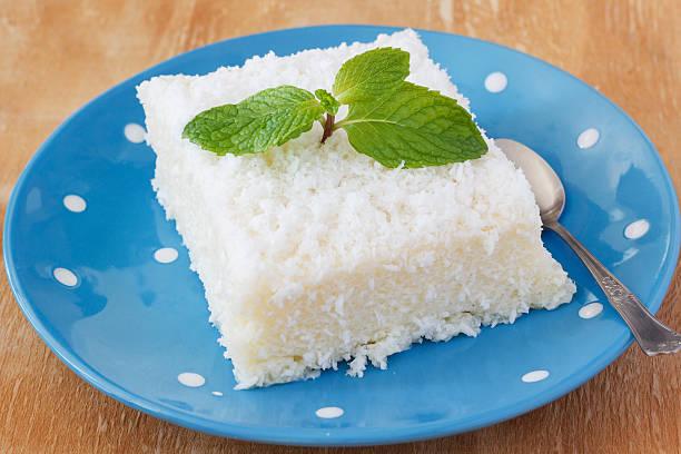 sweet couscous (tapioca) pudding (cuscuz doce - kokoskuchen stock-fotos und bilder