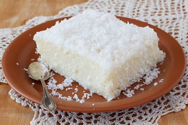 sweet couscous (tapioca) pudding (cuscuz doce) mit kokosnuss - kokoskuchen stock-fotos und bilder