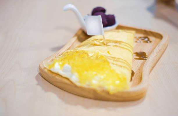 süßer krepp mit ananasgeschmack und sahne. selektiver fokus - ananas marmelade stock-fotos und bilder