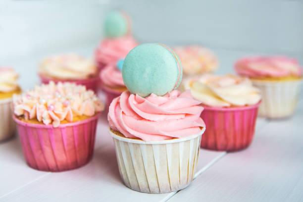 süße muffins mit sahne, verzierten lebkuchen, perlen und makarons für sanfte raffinierten mädchen oder eine kleine prinzessin. - prinzessinnen torte stock-fotos und bilder
