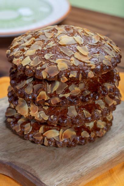 süße nachspeise für die herbstsaison, niederländisch cookies mit marzipan und mandeln gefüllt - apfel marzipan kuchen stock-fotos und bilder