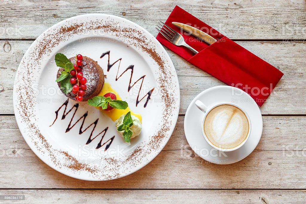 Sweet dessert with coffee on the wooden table foto royalty-free