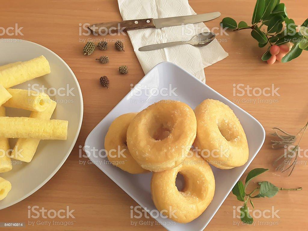 Sweet doughnut, donut on plate for breakfast стоковое фото