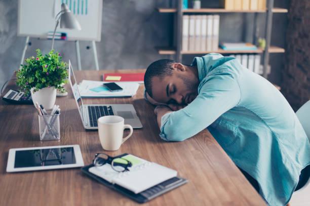 faites de beaux rêves dans le poste de travail. freelancer fatigué endormi est somnoler à son lieu de travail, café tasse et bureau des trucs près sur bureau - faire un somme photos et images de collection